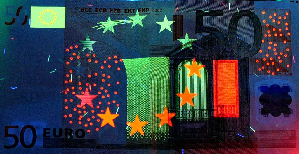 Oberthur Fiduciaire banknote under UV lighting